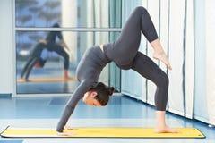 Frau an der gymnastischen Eignungsübung Lizenzfreie Stockbilder