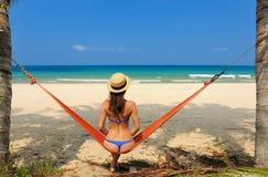 Frau in der Hängematte auf Strand stockfotos