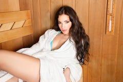 Frau in der hölzernen Sauna Lizenzfreies Stockfoto