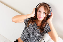 Frau in der hörenden entspannenden Musik mp3 der Kopfhörer Lizenzfreie Stockfotografie