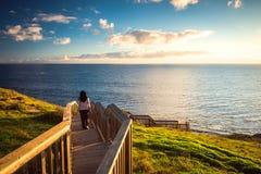 Frau an der Hallett-Buchtpromenade Stockfoto
