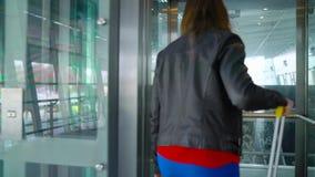Frau in der hellen Kleidung betritt den Aufzug am Flughafen stock video footage