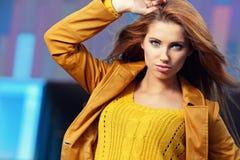 Frau in der Herbststadt Stockfoto