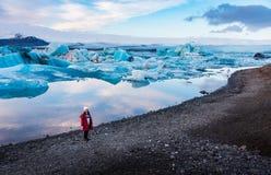 Frau an der Jokulsarlon-Gletscher-Lagune in Island lizenzfreie stockbilder