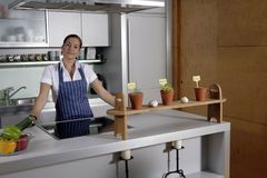 Frau in der Küche Stockfotos