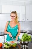 Frau in der Küche Lizenzfreies Stockfoto