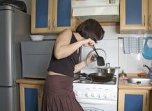 Frau an der Küche Stockbild
