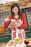 Frau in der Küche, die Halloween-Festlichkeit bildet Stockbilder