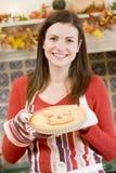 Frau in der Küche, die Halloween-Festlichkeiten bildet lizenzfreie stockfotos
