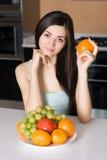 Frau in der Küche mit Früchten Lizenzfreies Stockbild