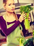 Frau in der Küche mit grünem Gemüse Stockbilder