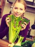 Frau in der Küche mit grünem Gemüse Stockfoto
