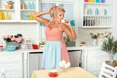 Frau in der Küche mit Meringe stockbilder