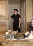 Frau in der Küche mit Tellern lizenzfreie stockfotografie