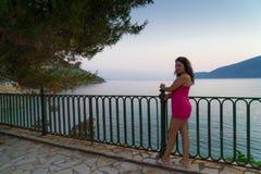 Frau an der Küste Lizenzfreie Stockbilder