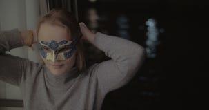Frau in der Karnevalsmaske, die selfie mit Telefon macht stock video footage