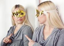 Frau in der Karnevalsmaske Finger zeigend Stockbild
