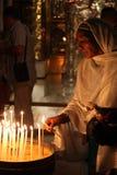 Frau an der Kirche des heiligen Sepulchre lizenzfreie stockfotos
