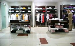 Frau in der Kleidungsabteilung Stockfoto