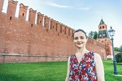 Frau an der der Kreml-Wand lizenzfreie stockfotografie