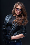 Frau in der Lederjacke und in den Sonnenbrillen Stockfotografie