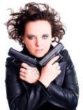 Frau in der ledernen Abnutzungsholdinggewehr über Weiß Lizenzfreies Stockfoto