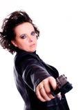 Frau in der ledernen Abnutzungsholdinggewehr über Weiß Lizenzfreie Stockfotografie