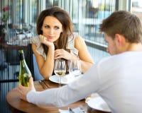 Frau in der Liebe auf romantischem Datum Stockfoto