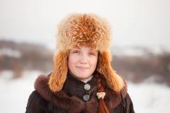 Frau in der Mantel- und Pelzschutzkappe stockfotografie