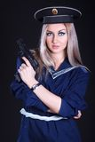 Frau in der Marineuniform mit einem Gewehr Lizenzfreies Stockbild