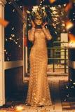Frau in der Maske mit Fliegenkonfettis Lizenzfreie Stockfotos