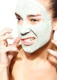 Frau in der Maske mit grünem Lehm Stockfotos