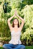 Frau an der Meditation im Freien stockfoto