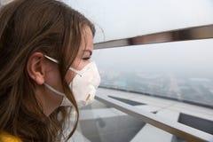 Frau in der medizinischen Maske gegen die Luftverschmutzung lizenzfreies stockfoto