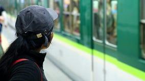 Frau in der Metro wartet auf den Zug stock footage