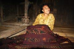 Frau der minoritary Ethnie ihre Gewebe zeigend Stockbilder