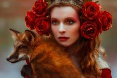 Frau in der mittelalterlichen Kleidung mit einem Fuchs lizenzfreie stockfotografie