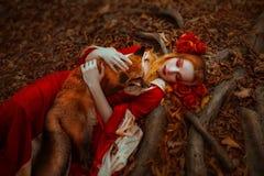Frau in der mittelalterlichen Kleidung mit einem Fuchs lizenzfreies stockbild