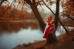 Frau in der mittelalterlichen Kleidung mit einem Fuchs lizenzfreies stockfoto