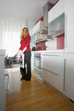 Frau in der modernen Küche Stockfotografie