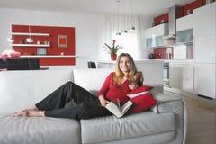Frau in der modernen Küche Stockbild