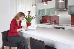 Frau in der modernen Küche Stockfoto