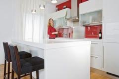 Frau in der modernen Küche Lizenzfreies Stockbild