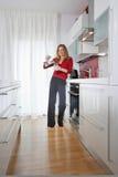 Frau in der modernen Küche Lizenzfreies Stockfoto