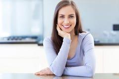 Frau in der modernen Küche Lizenzfreie Stockbilder