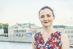 Frau an der Moskau-Flussnahaufnahme lizenzfreie stockfotos