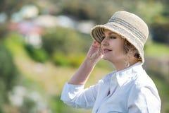 Frau in der Natur, die weit schaut Stockfoto
