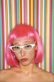 Frau in der rosafarbenen Perücke. Stockbilder