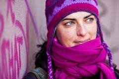 Frau in der rosafarbenen Schutzkappe. Lizenzfreie Stockfotos