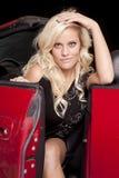 Frau in der roten Autolächelnhand Stockfotos
